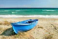 Barco griego azul del pescador Fotos de archivo libres de regalías