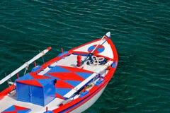 Barco griego coloreado tradicional Foto de archivo libre de regalías