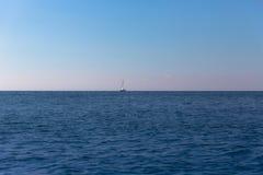Barco hacia fuera en el mar fotos de archivo