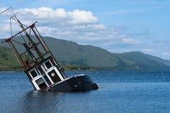 Barco, hundiéndose, barco pesquero, lago Linnie Imagen de archivo
