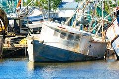 Barco hundido del camarón de Luisiana Fotos de archivo