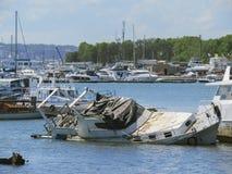 Barco hundido en el embarcadero Fotos de archivo