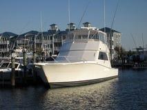 Barco iluminado por el sol de la pesca deportiva en la ciudad Maryland del océano fotos de archivo