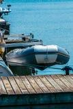 Barco inflável içado fora da água na parte de trás de um whi do iate fotografia de stock royalty free