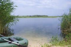 Barco inflável na costa do lago fotografia de stock royalty free