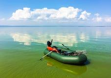 Barco inflável no rio calmo no dia ensolarado Foto de Stock Royalty Free