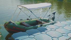 Barco inflable con el toldo de la sombra del sol almacen de metraje de vídeo