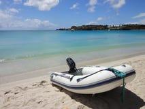 Barco inflable del zodiaco en la playa Fotografía de archivo