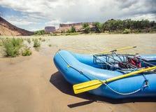 Barco inflable el transportar en balsa de río en el río Colorado Imágenes de archivo libres de regalías