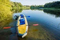 Barco inflable en el banco del río Fotografía de archivo