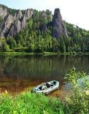 Barco inflable en el banco del río Fotos de archivo