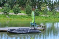 Barco inflable en el embarcadero en el lago Fotografía de archivo