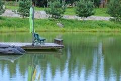 Barco inflable en el embarcadero en el lago Foto de archivo