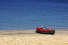 Barco inflable en la playa del Océano Pacífico Foto de archivo