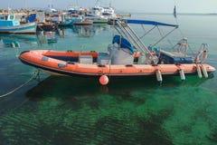 barco inflable Rígido-cascado que flota en la agua de mar transparente azul tranquila de la isla de Kos del Griego Imagen de archivo libre de regalías