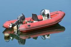 Barco inflable rojo con el motor Imagen de archivo libre de regalías