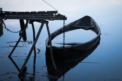 Barco inundado en el muelle Fotos de archivo