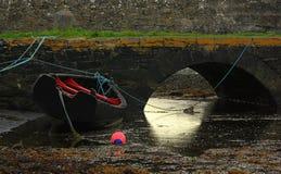 Barco irlandês na maré baixa Imagem de Stock Royalty Free
