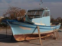 Barco jubilado que descansa sobre orilla en soportes Imagen de archivo libre de regalías
