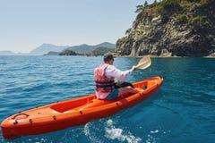 Barco kayaking cerca de los acantilados en un día soleado Viaje, concepto de los deportes lifestyle Foto de archivo