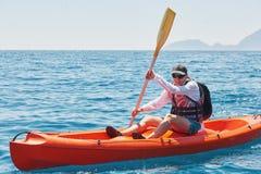 Barco kayaking cerca de los acantilados en un día soleado Viaje, concepto de los deportes lifestyle Fotografía de archivo
