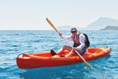 Barco kayaking cerca de los acantilados en un día soleado Viaje, concepto de los deportes lifestyle Fotos de archivo