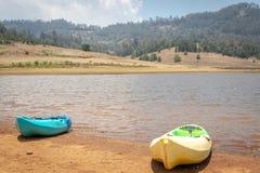 Barco Kayaking dois para a aventura do lago fotografia de stock royalty free