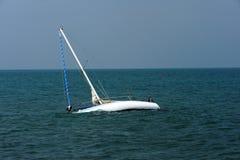Barco a la deriva en el mar adriático Fotos de archivo libres de regalías