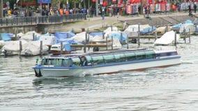 Barco largo hermoso con los flotadores de la gente en el canal almacen de metraje de vídeo