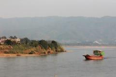 Barco lento en el río Mekong Fotos de archivo