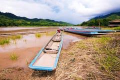 Barco local de la cola larga en el río VI Foto de archivo