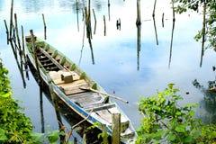 Barco local del ` s del pescador en el río Foto de archivo