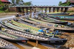 Barco local do transporte no rio Imagens de Stock