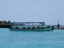 Barco local en el mar, aeropuerto Maldivas Foto de archivo