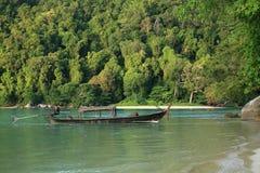 barco long-tailed que estaciona perto do seashore tropical imagens de stock royalty free
