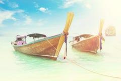 Barco longo e praia tropical Fotos de Stock Royalty Free
