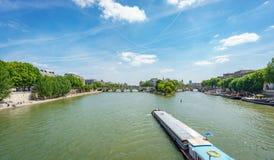 Barco longo sobre Seine River perto da ilha de Notre Dame em Paris fotos de stock royalty free