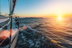 Barco luxuoso do iate do navio de navigação no Mar Egeu durante o por do sol bonito nave