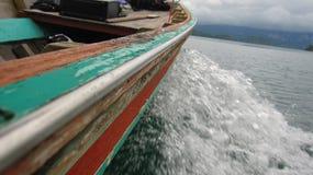 Barco móvil en el lago Fotos de archivo libres de regalías