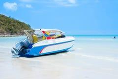 Barco macio do foco na praia com céu azul Imagem de Stock