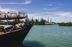 Barco malasio tradicional del pescador en la playa arenosa imagenes de archivo
