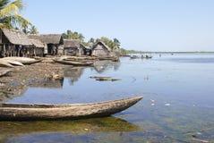 Barco malgaxe tradicional - canoe na praia africana imagens de stock