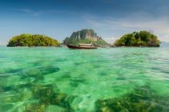 Barco, mar e céu azul Fotos de Stock