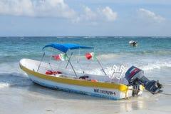 Barco mexicano local del panga Imágenes de archivo libres de regalías