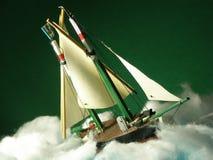Barco modelo que sufre el mán tiempo Fotos de archivo