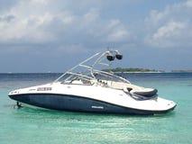 Barco moderno da velocidade na lagoa na ilha do Oceano Índico, Maldivas fotos de stock royalty free