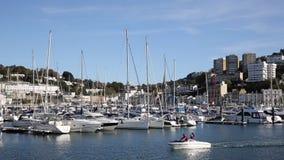 Barco a motor BRITÂNICO de Torquay Devon no porto com iate e barcos no dia bonito filme