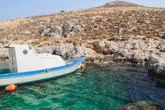 Barco a motor da pesca perto da ilha rochosa Kalymnos foto de stock