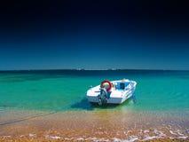 Barco a motor em uma praia foto de stock