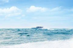Barco a motor grande e luxuoso no mar Fotografia de Stock Royalty Free